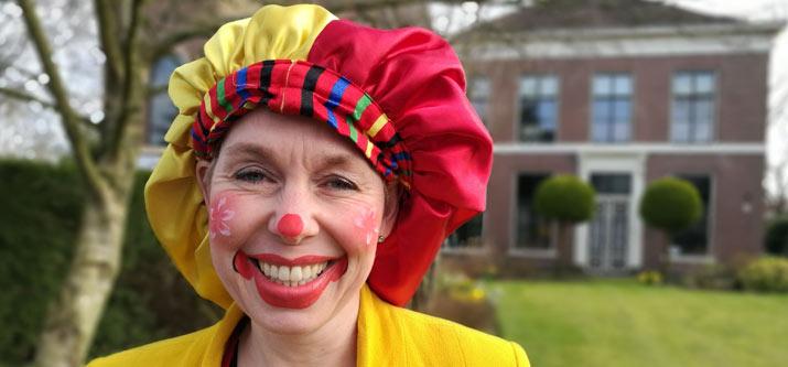 Clown Ellebel maakt ballonfiguurtjes